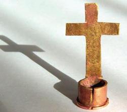 Prédication autours d'une croix fabriquée à partir d'une balle